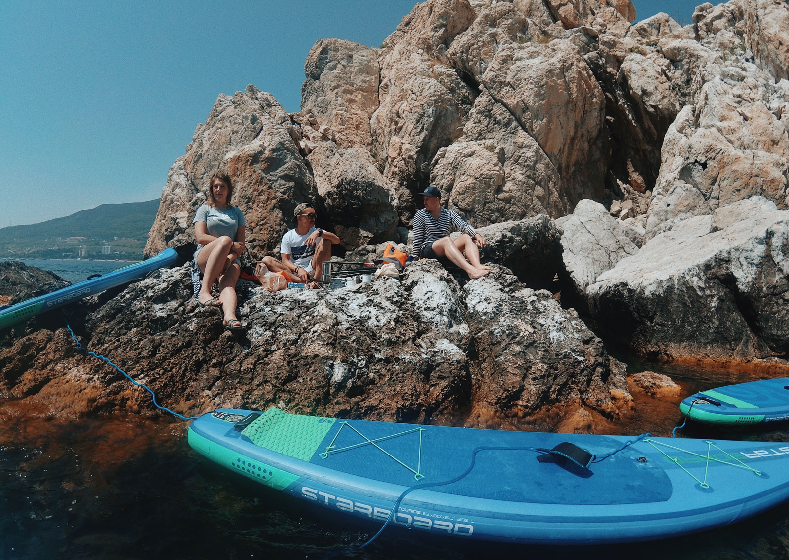 julia-karpacheva-paddleboarding-russia-black-sea-siesta-on-rocks